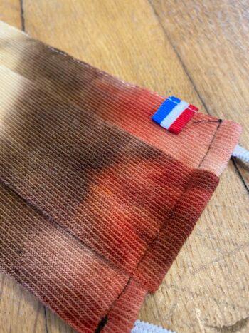 Masque en tissu pour enfant aux couleurs tie and dye brique, fabriquer en France