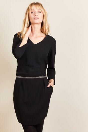 Petite robe noire simplette portée par une femme blonde